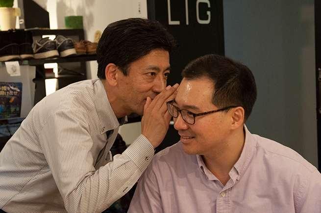 藤本さん、いつの間にかメガネを取ってる。