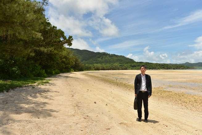 白い砂浜と透明な海