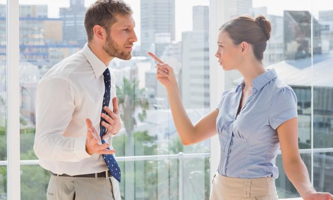 会話をしている男性と女性の写真