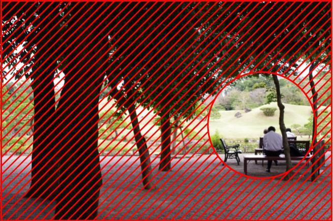 ベンチに座っている男性の写真を「トンネル構図のイメージ」と重ね合わせて解説している画像