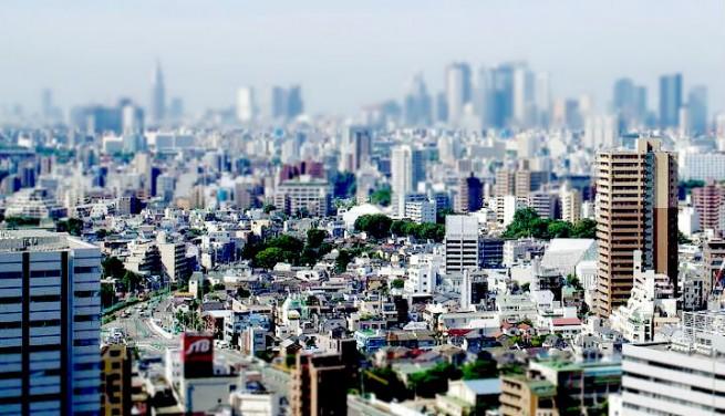 青空と都会の街並みの写真をミニチュア風に加工した写真