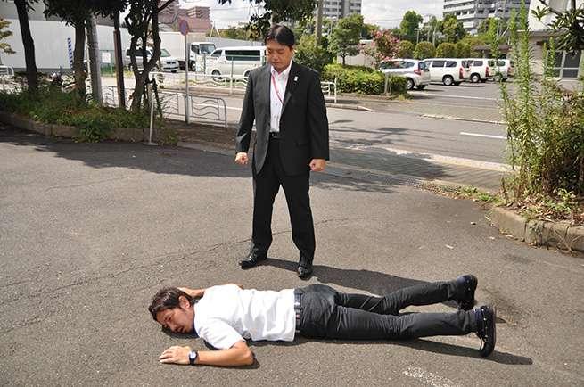 予想以上にアスファルトが熱かった為、顔をつけられない松川