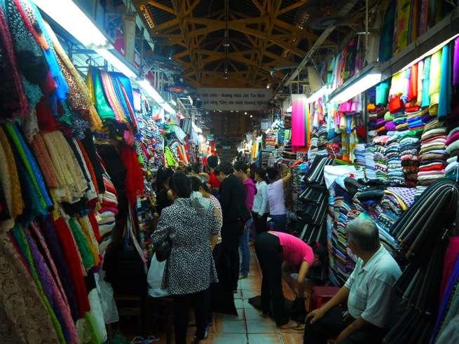 ごっちゃりとしたTân Định市場の内部