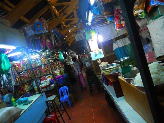 市場の狭い路地