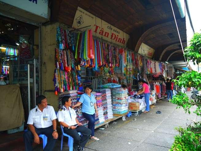 色々な生地が売られているお店。