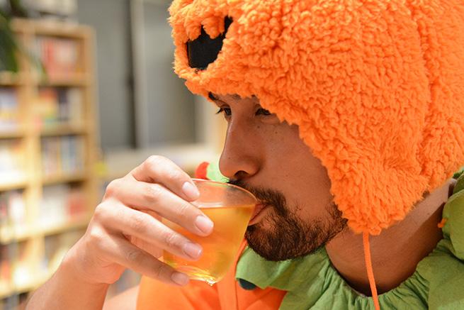 ジャック・オ・ランタン、液体を飲む。