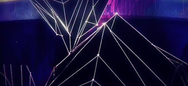 「neuromixer」のイメージ画像・黒い背景に図形を描いている光線