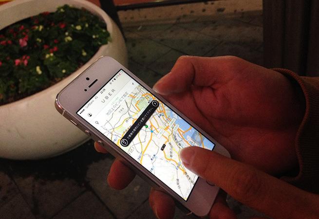 スマートフォンで「Uber」のアプリを操作している様子