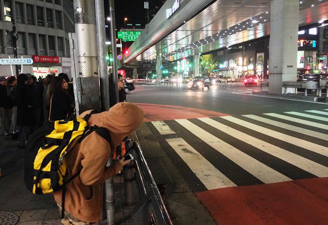 六本木の歩道で車を待っている株式会社LIGのディレクター・まさしの写真