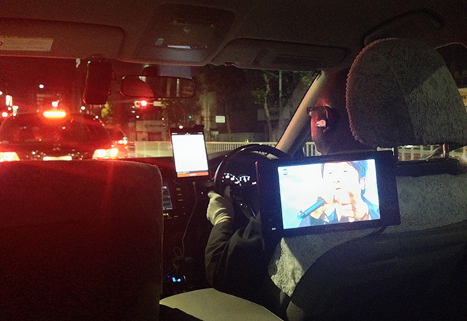 テレビが設置されている車の後部座席の様子