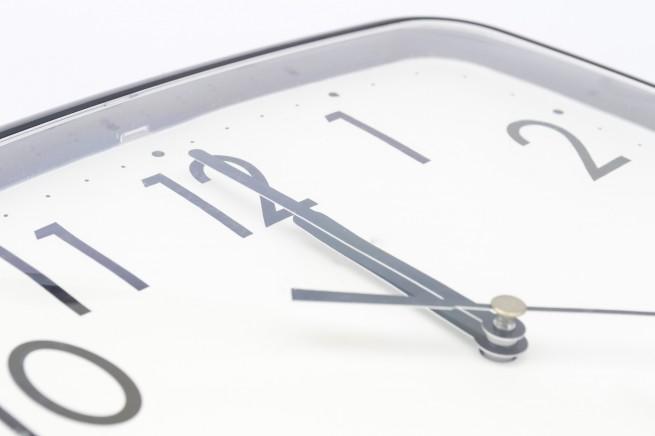 針が動いている時計の画像
