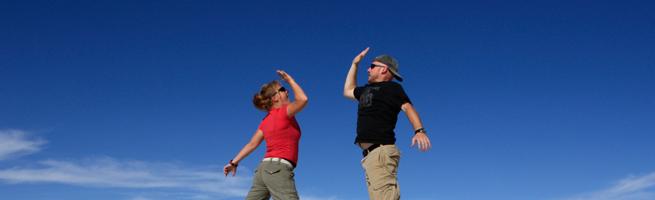 外国人2人組のハイタッチ寸前の写真