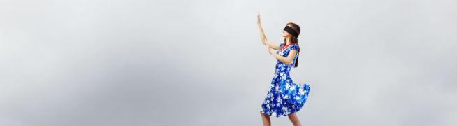 目かくしをして立っている女性の写真