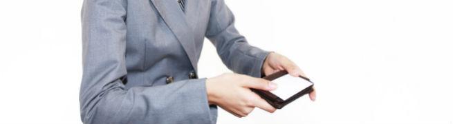名刺を差し出しているスーツ姿の男性の写真