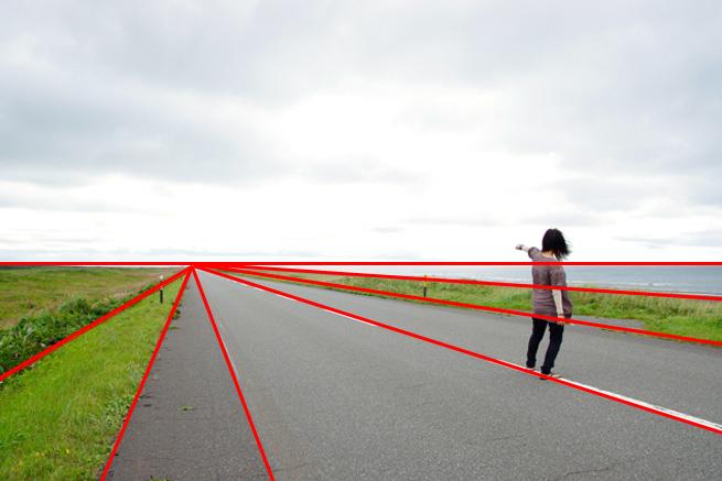 放射構図の例「道路に立つ女性」にガイドラインを引いた様子