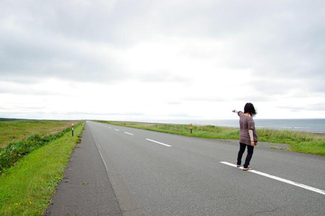 放射構図の例「道路に立つ女性」