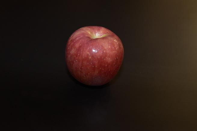 被写体に直接フラッシュをあてて撮影したりんごの写真