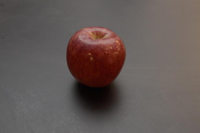 フラッシュを天井に当てて撮影したりんごの写真