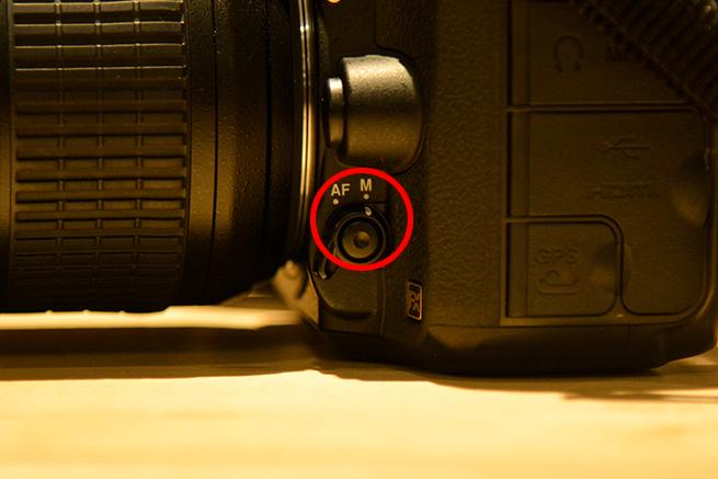 カメラのフォーカス設定を切り替えられる場所を示した写真