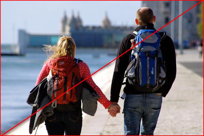 対角線構図の例「海辺の道を歩くカップル」にガイドラインが引いてある様子