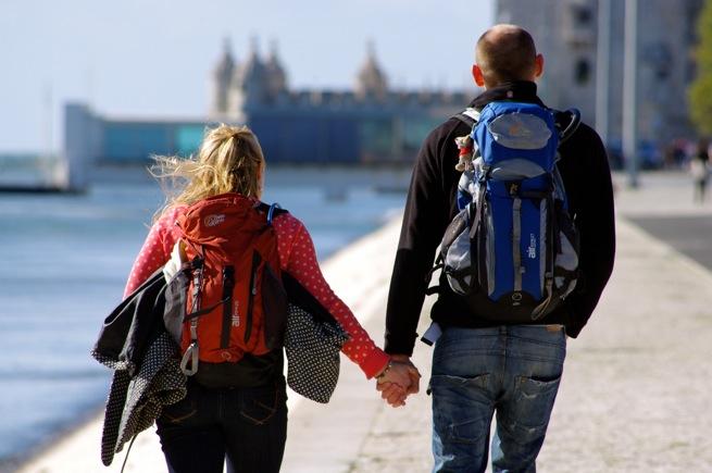 対角線構図の例「海辺の道を歩くカップル」