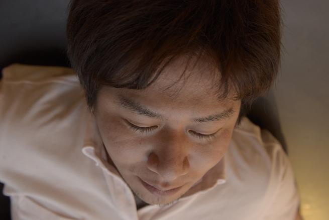 光を調整して健康的な肌色で撮影された男性の写真