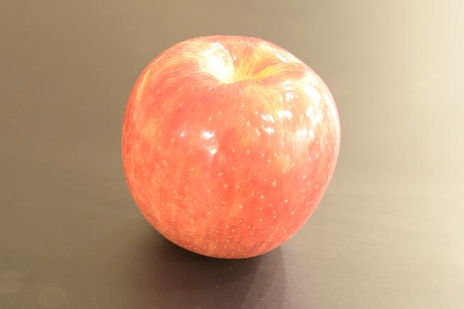 ISO感度3200で撮影したりんごの写真