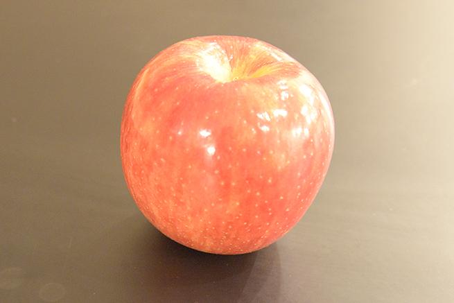 ISO感度6400で撮影したりんごの写真