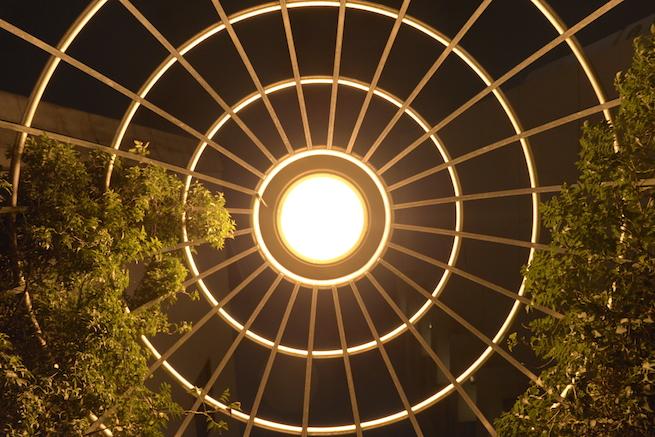 全体測光モードで自然に撮影されたライトの写真