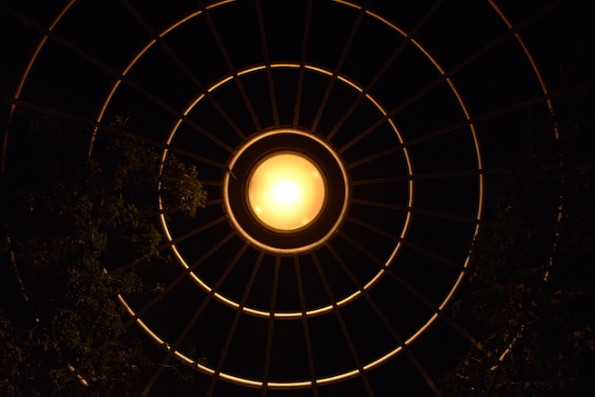 強い光が原因で真っ黒になってしまったライトの写真