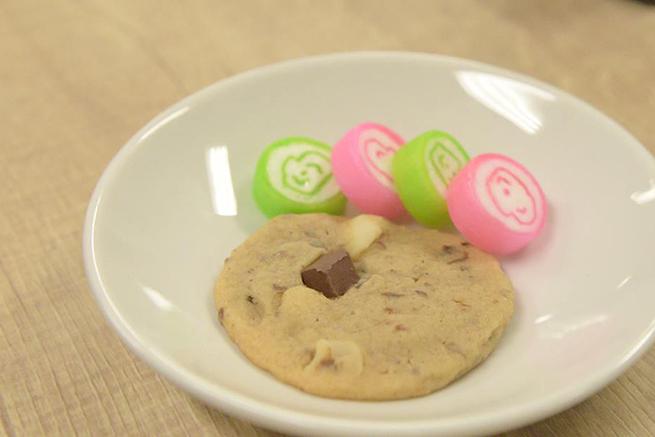 白いお皿に盛られたクッキーと飴の写真