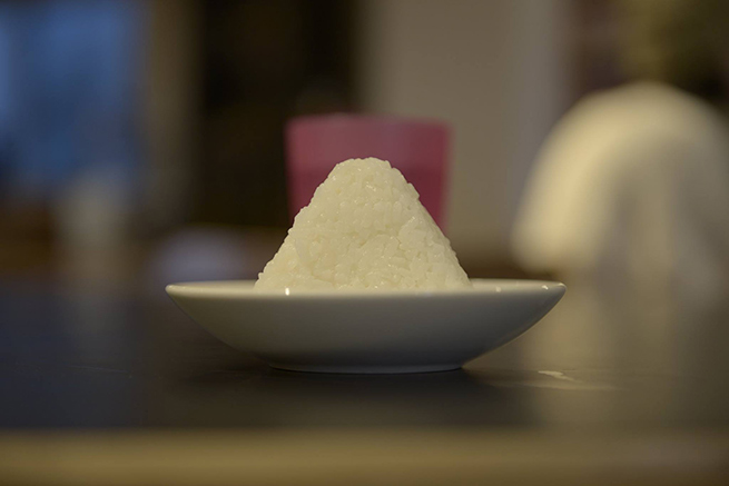 真正面から撮影された白ご飯の写真