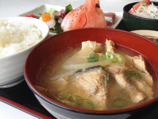 メイン料理の味噌汁にフォーカスを絞って撮影された定食の写真