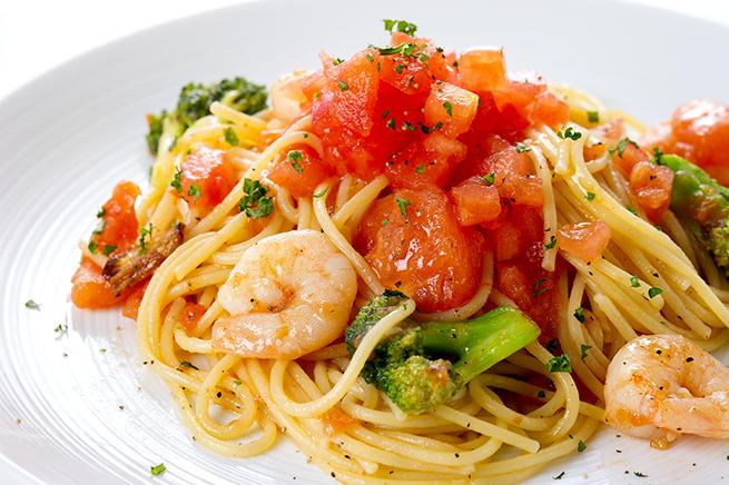 斜め45度の角度から撮影されたスパゲッティの写真