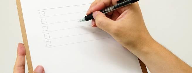 チェックリストと男性の手