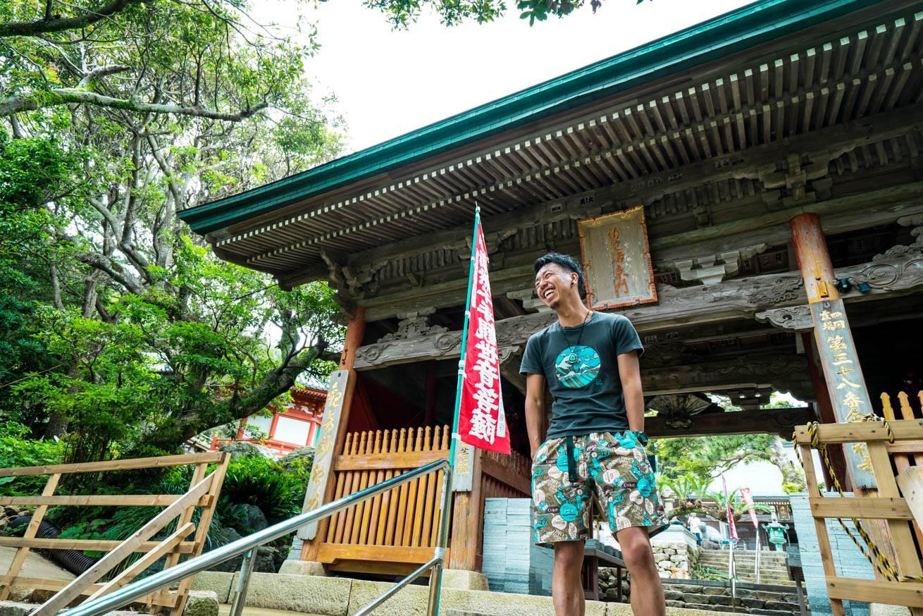 金剛福寺の入り口前に立っている株式会社LIGの社長・吉原ゴウの写真