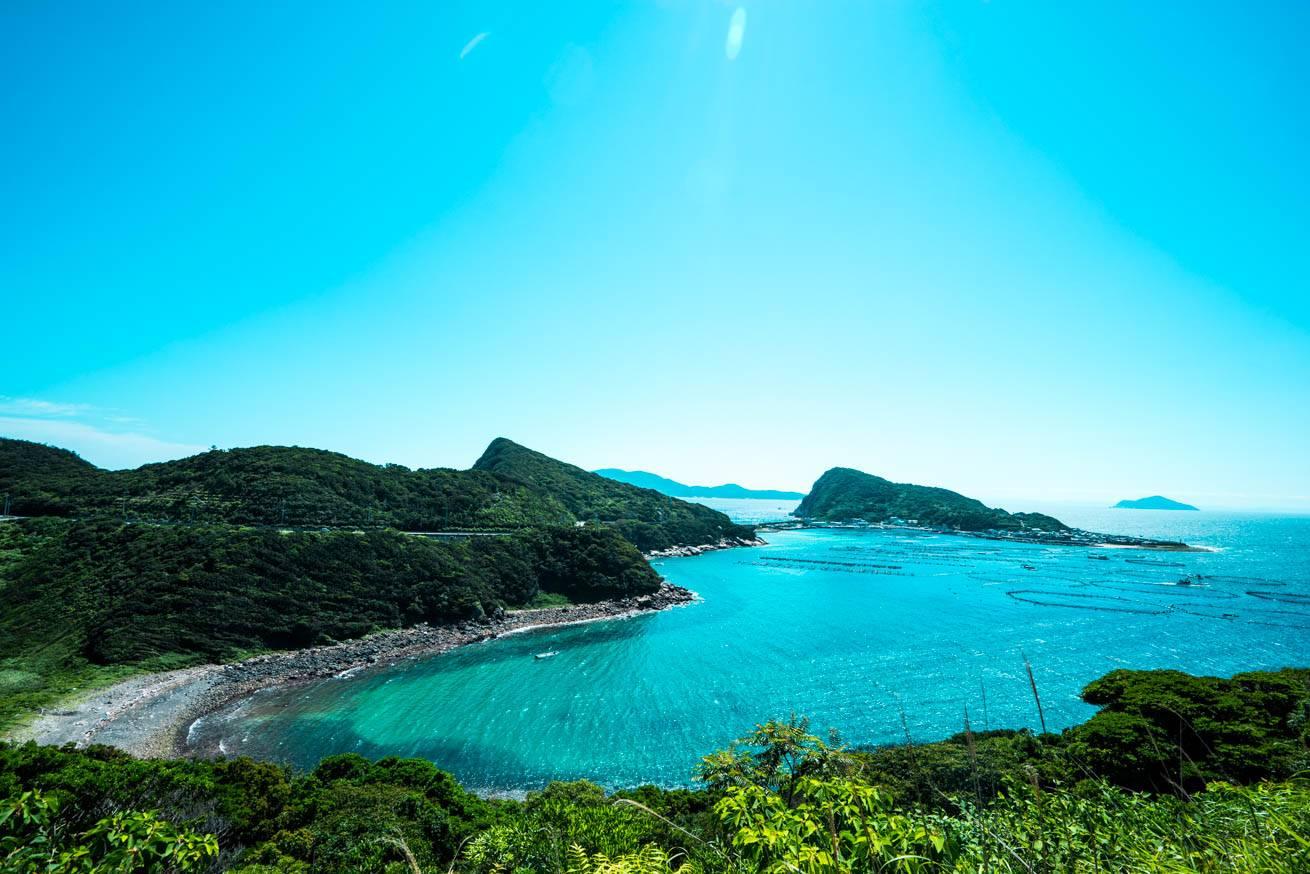 雲ひとつない青空と、美しい海が広がる風景写真
