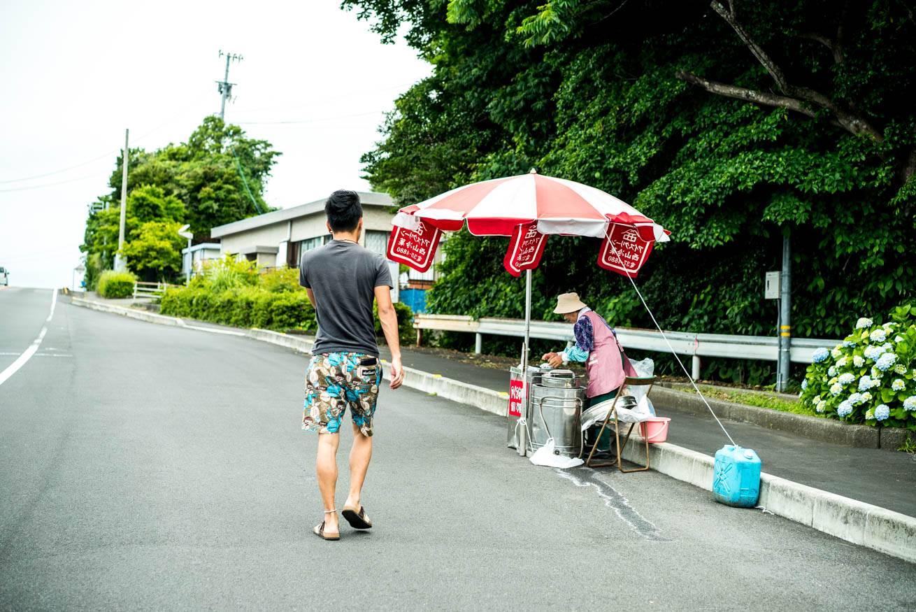 アイスクリームの屋台に向かって歩く株式会社LIGの社長・吉原ゴウの写真