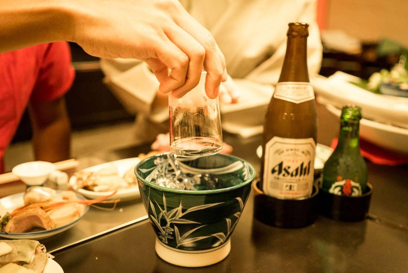 グラスとグラスを洗うための器「杯洗」の写真