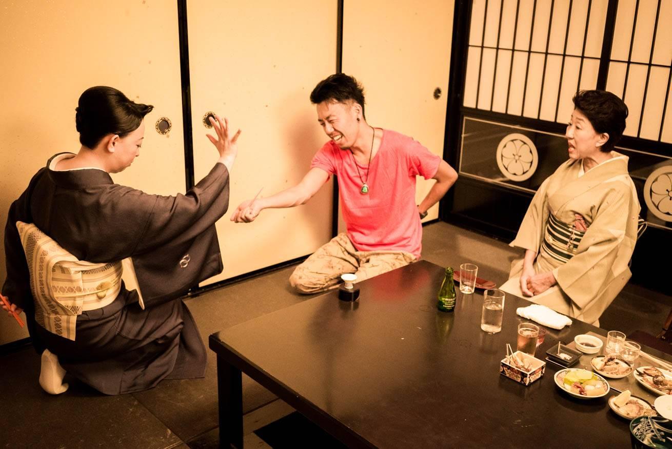 中居さんと一緒に「箸拳」で遊んでいる株式会社LIGの社長・吉原ゴウの写真