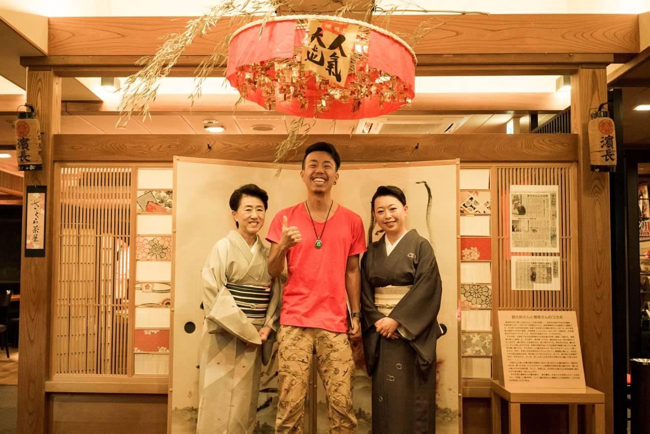 ふたりの中居さんと一緒に笑顔で立っている株式会社LIGの社長・吉原ゴウの写真
