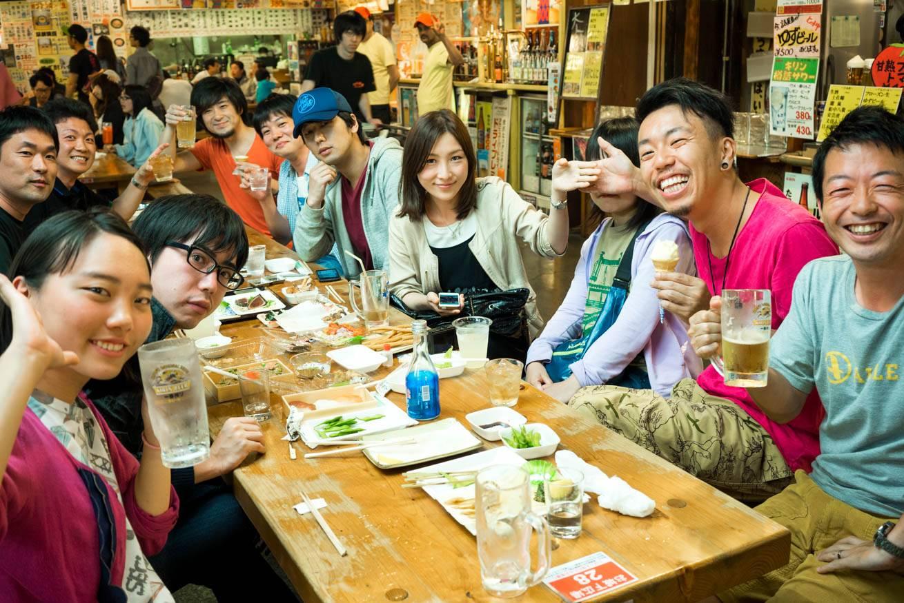 居酒屋でビールを飲んでいる株式会社LIGの社長・吉原ゴウらの写真