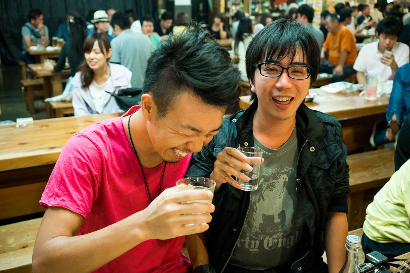 眼鏡の男性と一緒に笑っている株式会社LIGの社長・吉原ゴウの写真