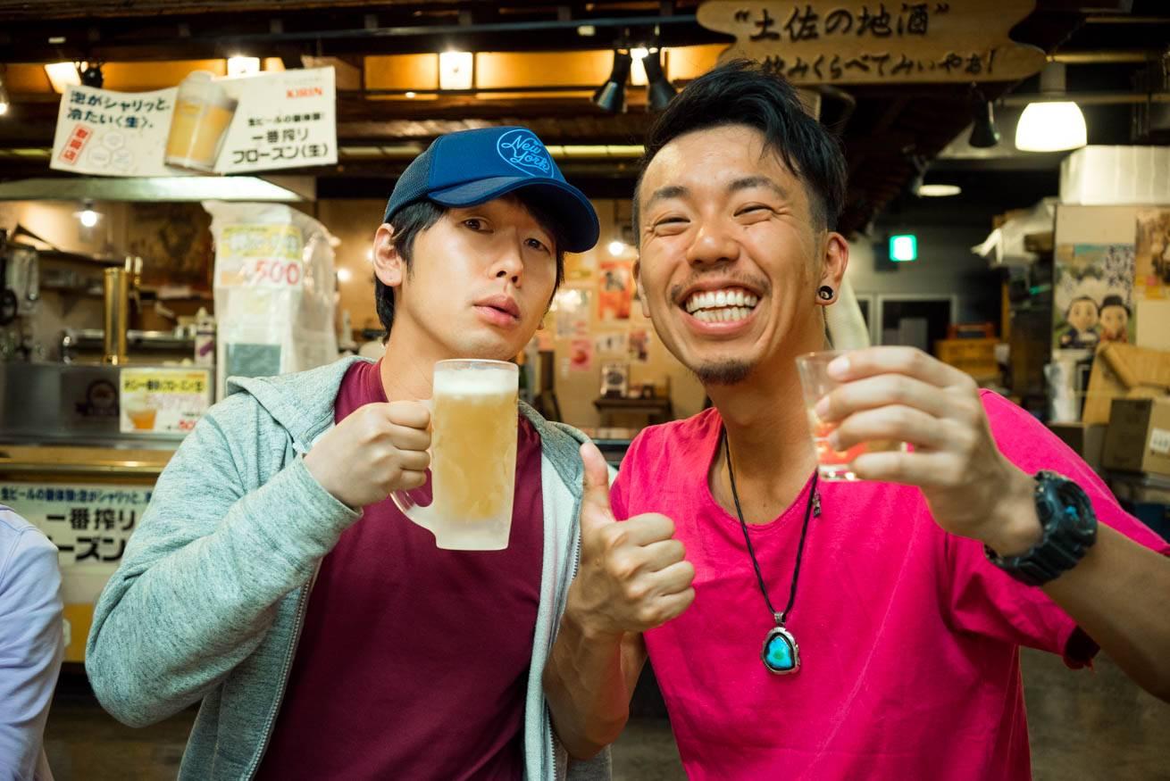 ビールを片手に持った男性・大川竜弥と株式会社LIGの社長・吉原ゴウの写真