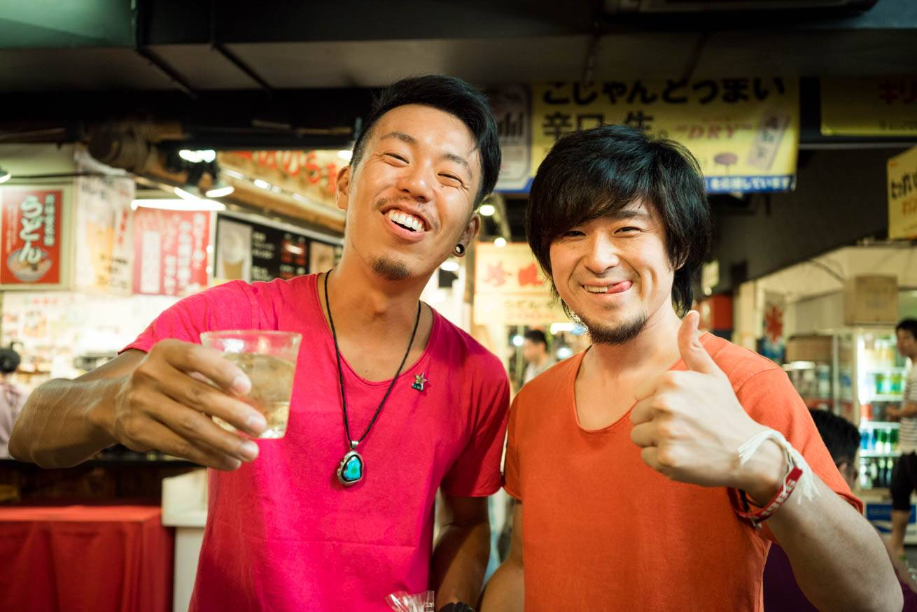 Tシャツ姿の男性・ツベルクリン良平と一緒に笑っている株式会社LIGの社長・吉原ゴウの写真