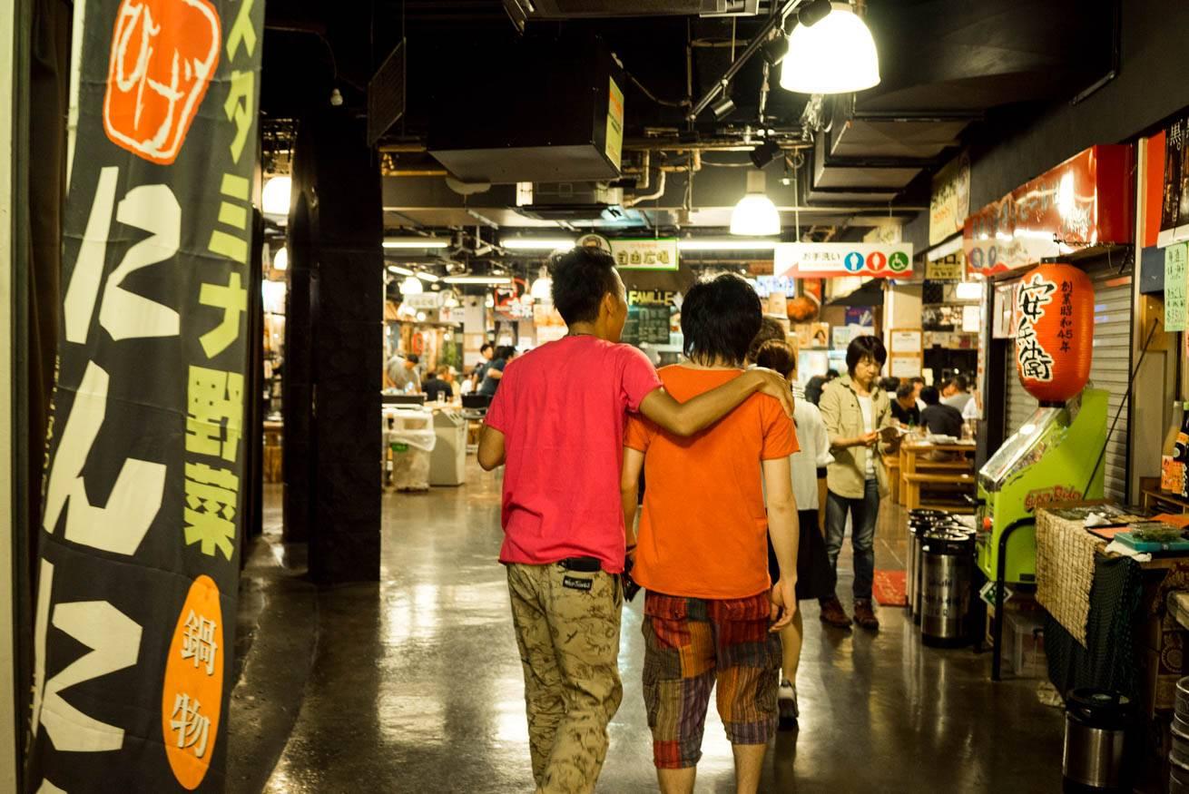 ツベルクリン良平と肩を抱き合って歩いていく株式会社LIGの社長・吉原ゴウの写真