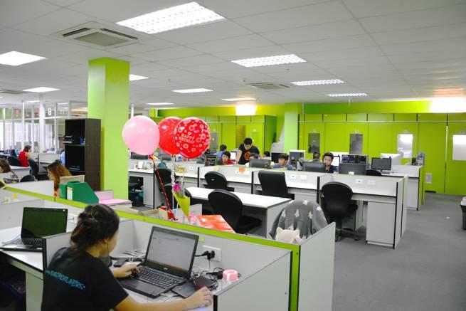 biboの社内風景。この日はフィリピンの独立記念日だったので人は少なかった。