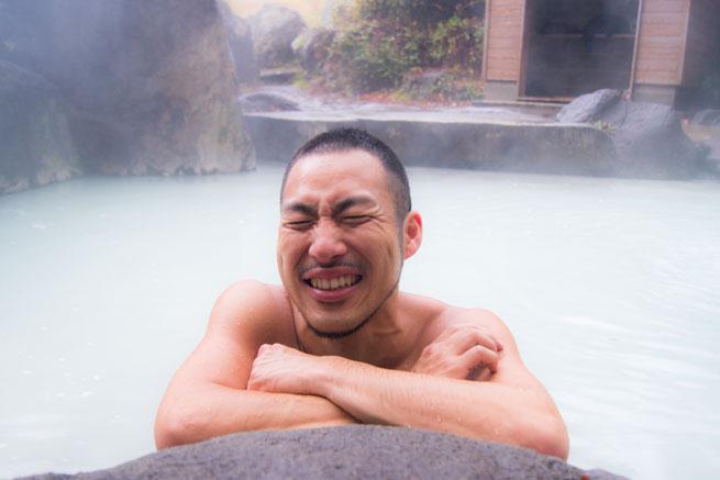 新潟県妙高市の燕温泉に男性が気持ちよさそうに浸かっている写真