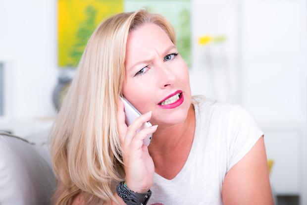 frau streitet am telefon