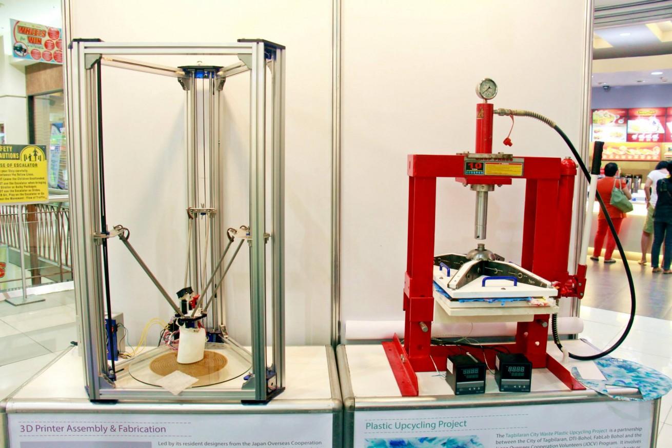 左: デルタ型と呼ばれる3Dプリンター 右: プラスチックリサイクルのためのプレス機